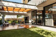 10 Pergolados Incríveis Para sua Área Externa - Pergolado de Madeira com Concreto - Área Externa - Varanda - Pergolados na Varanda - Varandas Decoradas - Decoração de Varanda - Blog Decostore - Varanda Gourmet - Área Gourmet - Espaço Externo - Casas - Arquitetura