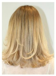 Call this the Sienna Miller blonde -- colorist Kazumi Morton applies superfine gold blonde highlights throughout her client's hair to brighten things up. Gold Blonde Highlights, Light Curls, Hair Pictures, Hairstyles Pictures, Latest Hairstyles, Hair Today, Hair Lengths, Her Hair, Beauty Hacks