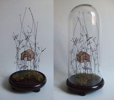 ° ... dans la mousse sous globe fil de fer, tarlatane teintée & mousse naturelle H 40 x 18 cm de diamètre