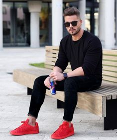 35 Cool Black Outfit Ideas for Men Spring Outfit Stylish Mens Outfits, Casual Outfits, Men Casual, Casual Shoes, Mode Masculine, Red Sneakers Outfit, Joggers Outfit, Mens Joggers, Mode Man
