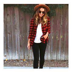Um look básico ganha charme e estilo com uma bela camisa xadrez vermelha. O modelo é perfeito para um look de outono. ❤️ Onde encontrar: Laila Fernandes (Rua Rio de Janeiro, 788 - Loja 13 - Centro) #bh #estilo #feirashop #lindadefeirashop #look #lookdodia #moda #modabh #modamineira #modaparameninas #style #tendencia #trend