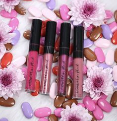 Our revolutionary Powerlips contain Sueded Comfort Cushion, a high-performance, weightless formula that lasts for hours without reapplying. The no-alcohol, non-drying formula leaves a soft, matte finish. Natural Lip Colors, Natural Lips, Beauty Box, Huda Beauty, True Red, Lip Art, Matte Lipstick, Wedding Make Up, Insta Makeup