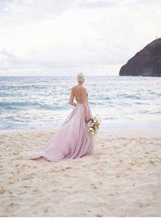 Lavendelfarbene Brautinspirationen auf Hawaii - Hochzeitsguide ✰ Oahu, Silk Chiffon, Chiffon Dress, Hawaii, Silk And Willow, Leanne Marshall, Crown Royal, White Sand Beach, Floral Hair