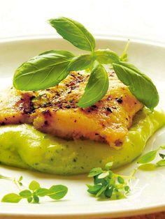 Se si ha poco tempo ma si vuole gustare un secondo di pesce molto raffinato e appetitoso, l'Orata allo zafferano e purè al basilico è quello che ci vuole!