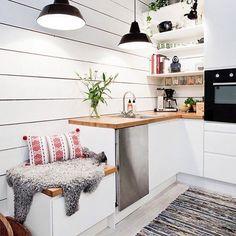 Cozinhas pequenas tem todo seu charme e sua funcionalidade. Olha esta que gracinha  #inspiration #sjsc #seujeitosuacasa #cozinha #cozinhaplanejada #kitchen #minikitchen