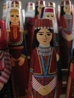 Dolls wearing Armenian folk clothing