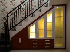 Bagus nihh idenya untuk memanfaatkan ruang di bawah tangga.