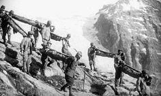 Prima Guerra Mondiale - si trasportano a velle i compagni caduti