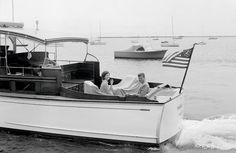 1960. 19 Juillet. John F. Kennedy and Jackie aboard the Marlin