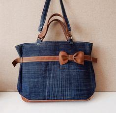MONA+Bow+kabelka+do+ruky+aj+na+plece+Táto+priestranná+kabelka+Vám+svojou+jednoduchou+eleganciou+určite+vylepší+každý+zachmúrený+deň.+:-)+Obrázok+slúži+ako+ukážka+mojej+tvorby,+ale+viem+Vám+vyrobiť+podobnú+kabelku,+prípadne+v+inej+farbe+alebo+inom+rozmere.+Stačí+mi+napísať.+Kabelka+je+vyrobená+z+tmavomodrej+riflovej+látky+a+hnedej-koňakovej+kože.+Predná+časť+je+...