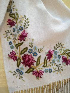 This Pin was discovered by Nur Jacobean Embroidery, Tambour Embroidery, Learn Embroidery, Hand Embroidery Stitches, Hand Embroidery Designs, Embroidery Applique, Embroidery Patterns, Bordado Floral, Embroidery Suits Design