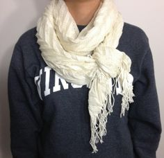 As the temperature continues to drop, the layers of clothing continue to pile on. Yesterday, I had to wear two shirts and a sweater under my coat and leggings Scarf Knots, Diy Scarf, Ways To Wear A Scarf, How To Wear Scarves, Tie Scarves, Head Scarf Tying, Style Personnel, Casual Outfits, Fashion Outfits