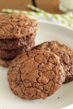 Την ώρα που τα συγκεκριμένα μπισκότα ψήνονταν στο φούρνο, χαμογελούσα κάπως αυτάρεσκα και ανυπομονούσα να δω την έκφραση του καλού μου όταν θα τα δοκίμαζε. Cookie Pie, Biscuit Cookies, Cookie Recipes, Dessert Recipes, Desserts, Chocolate Fudge Frosting, Cake Bars, Healthy Sweets, Greek Recipes