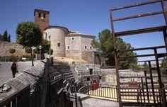 Santorcaz, escenario de una famosa serie televisiva en los setenta, ofrece al visitante arqueología, leyendas amorosas y pisto manchego. En la imagen, la parroquía de San Torucato, adosada del castillo de Torremocha.