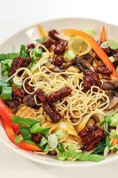 Dit recept voor veganistische mihoen salade met pindadressing komt uit het kookboek van Bosh!