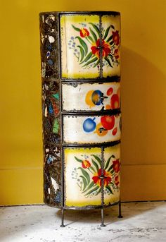 Meuble d'Ousmane Kouyaté, artiste burkinabé, composé de vaisselle émaillée patinée.