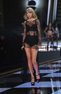 Victoria secret fashion show 2014 performance by Taylor Swift Taylor Swift Legs, Estilo Taylor Swift, Taylor Swift Style, Taylor Swift Pictures, Taylor Alison Swift, Taylor Taylor, Harry Styles, Non Plus Ultra, Elsa Hosk