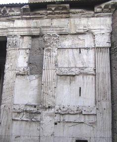 Lesene corinzie sul fianco del pronao del Pantheon.