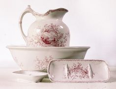EXCEPTIONAL Antique Villeroy & Boch Vintage Pitcher and Wash Basin with two soap dishes.