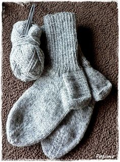 Sokker steg for steg m/bilder og str.tabell fra 2 år til voksen - garn Knitting Socks, Baby Knitting, Knit Socks, Bra Storage, Baby Boy Booties, Big Knits, Built In Wardrobe, Knitting Videos, Wool Yarn