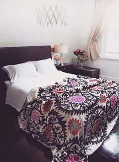 Decoração de quarto de casal. colcha muito bonita