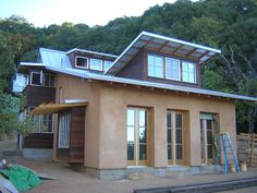 Straw bale home in CA  Casa pré-fabricada: não sei quando teremos este tipo de casa pré-fabricada, no Brasil, já que é bem mais barata, acessível e muito bonita e, ao que parece, este não é o objetivo das empreiteiras... Mas esta é pequena e funcional.