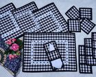 "JOGO AMERICANO ""XADREZ"" - 4 LUGARES Table Runner And Placemats, Quilted Table Runners, Diy Craft Projects, Diy And Crafts, Sewing Projects, Gingham Quilt, Chicken Scratch Embroidery, Easy Quilts, Mug Rugs"