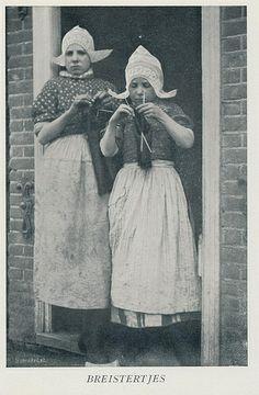 Volendam, serie Illustraties uit Noordholland in Beeld ,dl 3.Mr A.Loosjes,jaren 30, fotomateriaal uit Tijdschrift Buiten 1900-1920 #NoordHolland #Volendam