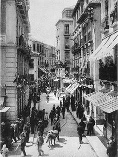 Calle Mesones con el café Suizo a la izquierda y e lCafé Colón a la derecha