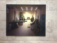 Thomas Demand, Vault, 2012  La fonte dell'opera è una foto giudiziaria di un magazzino del Wildenstein Institute di Parigi, dove sono state ritrovate numerose opere d'arte a lungo credute disperse. Ciò che si vede è fatto interamente in cartone. A un primo livello, stiamo osservando la prova di un furto d'arte; a un secondo livello, non la vediamo. alla fine ci rendiamo conto che, anche se non stiamo vedendo delle opere d'arte rubate, è comunque con dell'arte che abbiamo a che fare.