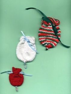 Little Ornament Style Gift Bags CopyRight to Judith Prindle Gauge: Not important but here are the approximate bag sizes. Knitted Christmas Decorations, Knit Christmas Ornaments, Christmas Bells, Diy Christmas Gifts, Christmas Stuff, Holiday Crafts, Christmas Stockings, Christmas Ideas, Christmas Knitting Patterns