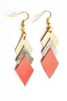 Boucles d'oreille graphiques cuir beige or corail : Boucles d'oreille par la-fille-a-la-ceinture