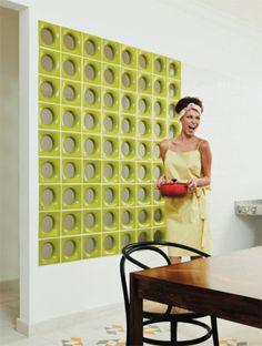 A cozinha integrada com a sala no apartamento da arquiteta Jovita Torrano gan...