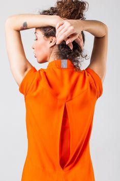 Macacão conforto! Com abertura nas costas que possibilita movimentar os braços com liberdade total e fita refletiva.  Características: - Tecido leve - Respirável - Fácil manutenção - Conforto  Composição: 100% VISCOSE