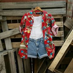This vintage hawaiian shirt is straight out of the 90s and perfect for layering with graphic tees to nail the grunge look! Good quality, no stains, holes, or tears. Handpicked with love from the base of the Rockies <3 Material: Cotton Size: Men's Medium