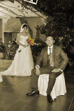 Fotografía de color sepia iluminada con un accesorio de colores naranja y amarillo. #FotografiaMatrimoniosCali #FotografiaParaBodasCali #FotografosDeBodasEnCaliColombia