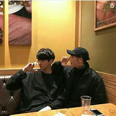 pinterest: makemwhyo Best Friend Poses, Boy Best Friend, Ulzzang Couple, Ulzzang Boy, Boy Squad, Pose Reference Photo, Cute Gay Couples, Korean Couple, Asian Boys