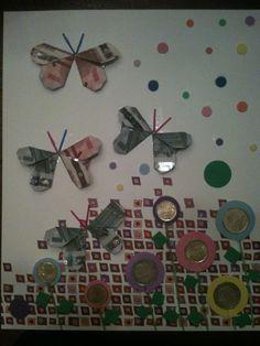 Afscheid van een collega, geld gevouwen in vlinders en munten opgeplakt op het logo papier van het werk