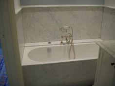 Lambrisering in badkamer van wit marmer