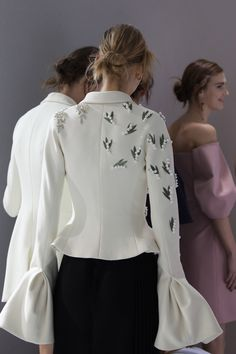 The house of Dior's most recent haute couture collection revisited the founder's lucky talisman and favorite flower: the lily-of-the-valley. Dior Haute Couture, Style Couture, Couture Fashion, Runway Fashion, Fashion Trends, Suit Fashion, Hijab Fashion, Fashion Dresses, Mode Costume