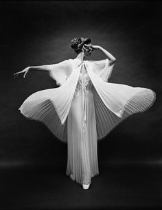 By Mark Shaw for Vanity Fair – 1953. This is such a cool contrast of movement and stillness in her dreas