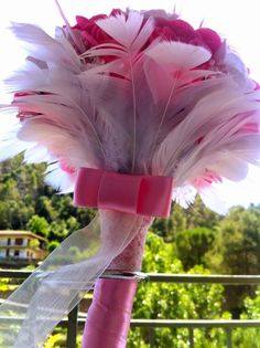 Ramo de fieltro: Rosas, rosas blancas y plumas   Prendido novio