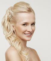 Sportliche und elegante Zopffrisur für lange Haare mit leichter Tolle