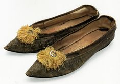 shoes with gold-stamped design and yellow silk tassels, c. 1800-1810