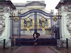 Para ver o arco-íris é preciso não temer a chuva.  #happy #fantastic #dream #magazine #magazinecover #perfect #beautiful #charmed #amazing #beautifulplace #ootd #style #igers #photooftheday #instadaily #yolo #bestoftheday #likeforlike #instagood #rain #Royals #Queen  #Palace  #Buckingham #BuckinghamPalace  #London #England by rafaelaamartin
