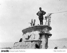 Hiç Görmediğiniz 18 Fotoğraf ile Çanakkale Savaşı. Bir Türk askeri ele geçirilen İngiliz denizaltısının üzerinde poz veriyor