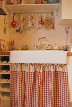 Kitchen Decor Ideas - Farmhouse kitchen decorating ideas style shares a warm and appealing idea. A kitchen is one of many places in your house that's productive since everybody would love to eat there. Cozy Kitchen, Red Kitchen, Farmhouse Kitchen Decor, Country Kitchen, Vintage Kitchen, Kitchen Sink, Farmhouse Style, Kitchen Utensils, Quirky Kitchen