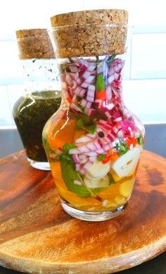 Jag älskar olivolja och det ringlas flitigt över maten i mitt kök. Vinäger är också en favorit i bland annat salladen. Här kommer två smaksatta sorter som är fantastiska att ha i sallader eller som en dippa. Pak Choi, Joy Of Cooking, Pickles, Cucumber, Dips, Recipies, Food And Drink, Low Carb, Favorite Recipes