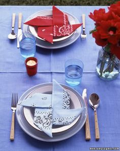 Pinwheel Napkins - Link goes to Martha Stewart's Good Things Outdoor Entertaining - pinwheels are no. Directions are horrible so try the link in the comments to bumblebeelinens for step-by-step directions. Decoration Buffet, Summer Decoration, Table Decorations, Centerpieces, Serviettes Roses, Paper Windmill, Bandana Crafts, Bandana Ideas, Do It Yourself Food
