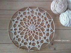 ¿Cómo tejer este atrapasueños? - YouTube Crochet Dreamcatcher Pattern, Crochet Mandala Pattern, Crochet Flower Patterns, Crochet Doilies, Crochet Flowers, Dream Catcher Craft, Dream Catcher Boho, Thread Crochet, Crochet Stitches